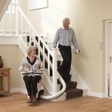 Die tavé Treppenlifte sind für alle gängigen Treppentypen und baubedingte Unwegbar- keiten geeignet. Gebogene und gerade Treppen, Aufgänge am Haus oder auch in Aussenbe- reichen – die Lifte sind durch ihre Konstruktion und durchdachte Technik für fast alle baulichen Gegebenheiten geeignet. Mit Hilfe des tavé Treppenlift überwinden Sie beschwerliche Stufen, sogar ganze Stockwerke, ohne sich einer unnötigen Sturzgefahr auszusetzen.